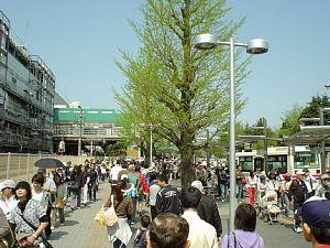 入場待ちで駅前広場を埋め尽くした人々々