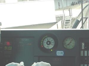 停止駅手前で速度計周りの制限速度表示が変化する
