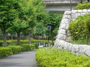 中郷公園南側歩道橋下